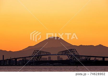 「千葉県」黄昏時に東京湾越しに眺める富士山と東京ゲートブリッジ 74628902