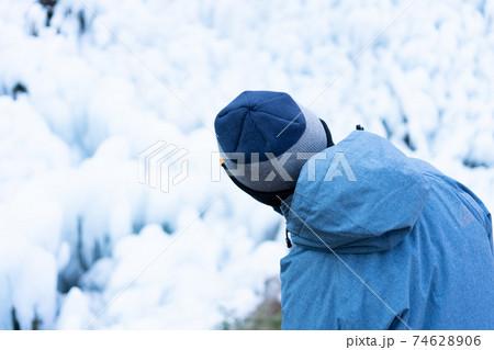 森の中のつららを見学する子ども 74628906