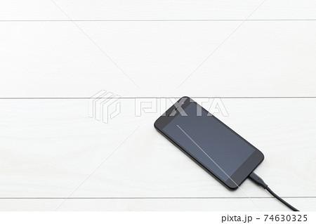 スマホの充電 74630325