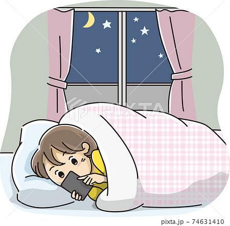 夜遅くまでスマートフォンを見る女の子 74631410