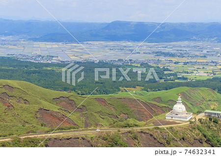 仙酔峡から見た阿蘇市内 熊本県阿蘇市 74632341