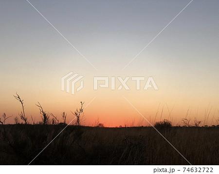世界遺産ウルル=カタジュタ国立公園の夕焼け 74632722
