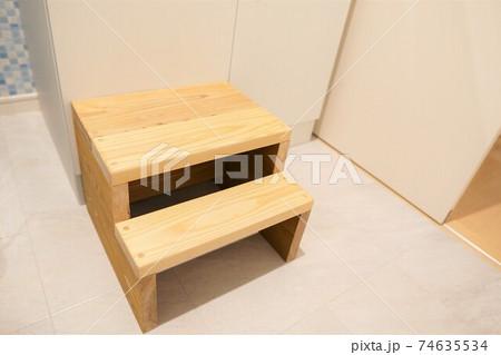 洗面台の前に置かれた杉の木で作られたDIY子供用踏み台 74635534