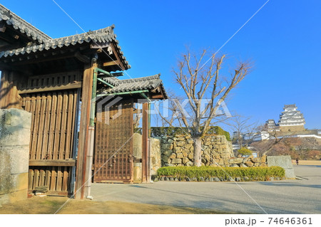 【兵庫県】晴天下の姫路城と大手門 74646361