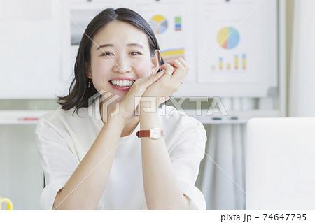 笑顔の若い女性 ビジネスシーン 74647795