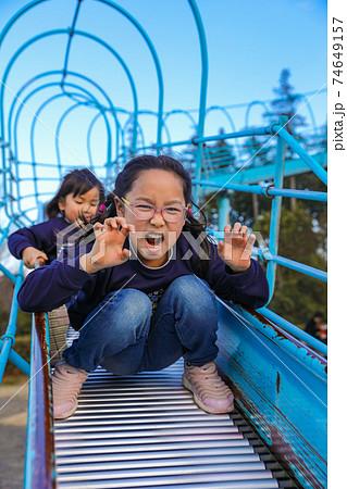 ローラー滑り台で遊ぶ女の子の変顔 74649157