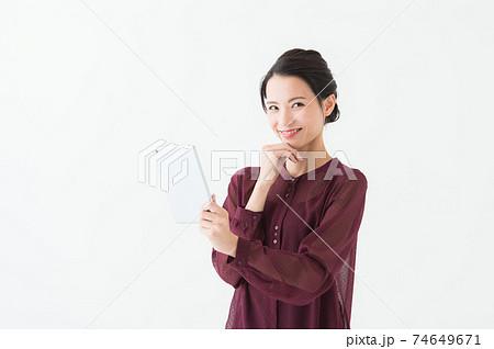 タブレット端末を持つ女性 白背景 74649671