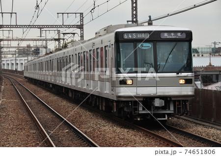 東急東横線、祐天寺駅に入線する各駅停車(東京メトロ03系) 74651806
