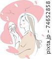 カメラを構えて桜を仰ぐ女性 74652858