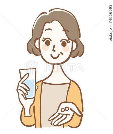 錠剤と水を持った中年女性 74656995