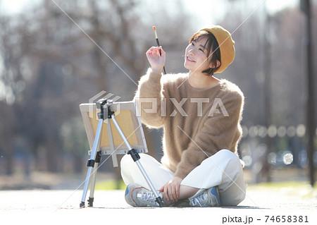 絵を描く女性 74658381