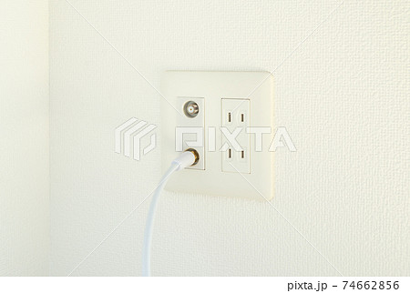 アンテナ端子とコンセント 壁面のマルチコンセント テレビのアンテナ端子とコンセントの穴 アンテナ線 74662856