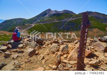 岐阜県(長野県)乗鞍岳の富士見岳山頂標識と南側の剣ヶ峰、朝日岳方面 74662982