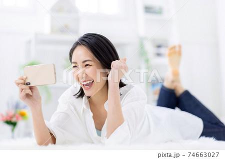 女性 スマホ 動画 見る 74663027
