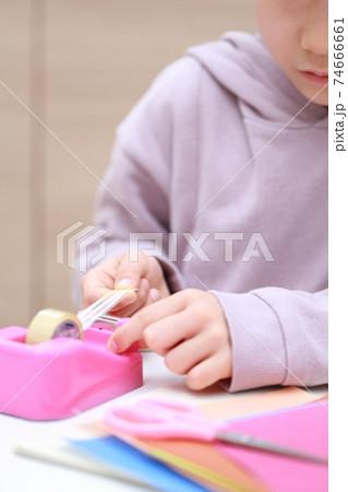 セロハンテープをカットして工作する女の子 74666661