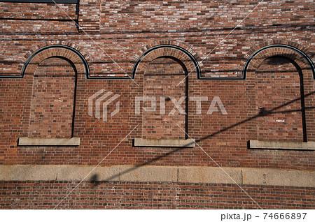 【重要伝統的建造物群保存地区】倉敷アイビースクエアのレンガ造りの壁と窓1 岡山県倉敷市 74666897