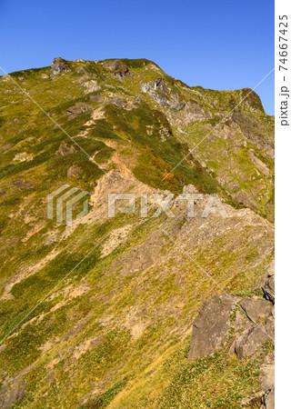 秋の谷川岳西黒尾根と双耳峰、快晴の空 74667425