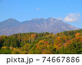 紅葉と山 74667886