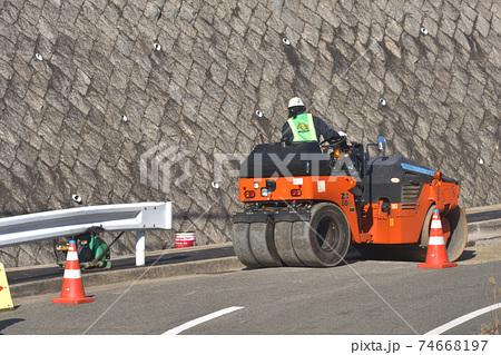 道路工事の作業風景 ロードローラー 74668197