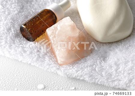 白いタオルの上の石鹸とアロマオイルと岩塩 74669133