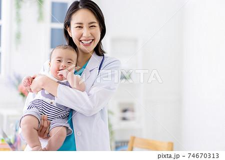 小児科 女性医師 赤ちゃん 74670313