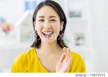オンラインで話す女性イメージ 74670325
