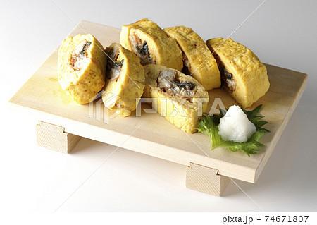 寿司下駄に盛り付けられた鰻巻きを白背景で撮影 74671807