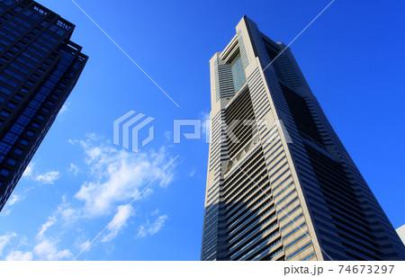 横浜ランドマークタワー(青空、晴天) 74673297