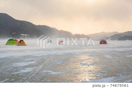 【北海道糠平湖の冬】強風でテントが飛ぶ湖上 1月 74679561