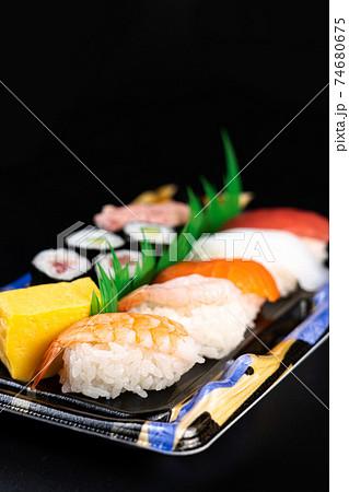 スーパーで売っているトレイに乗ったお寿司 74680675