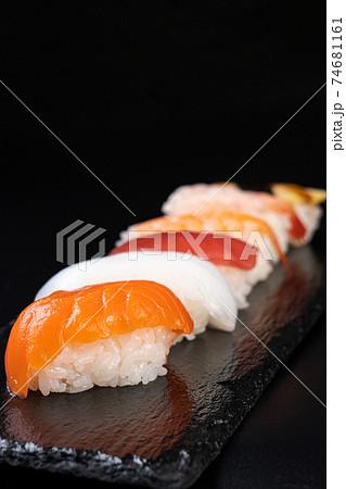 スーパーで買ってきたお寿司 縦構図 74681161