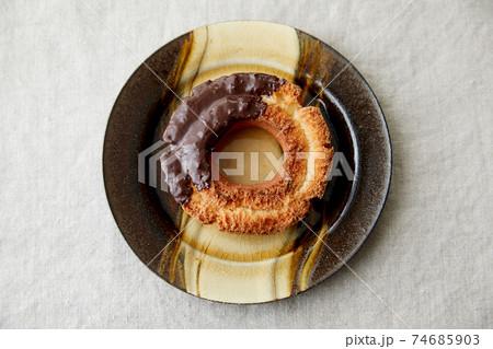レトロなお皿に乗ったチョコファッションドーナツ 74685903