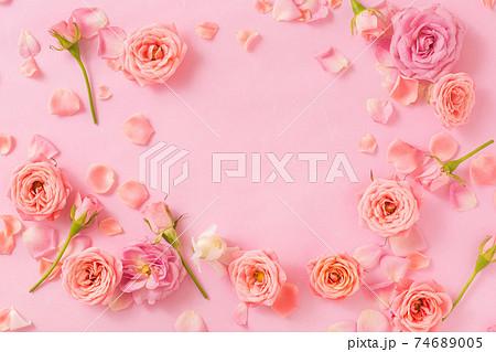 春のイメージ ピンクの薔薇の背景フレーム 74689005