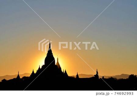 ミャンマー2 バガン遺跡の仏塔シルエット 74692993