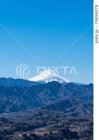 能岳の山頂から見た富士山(山梨県上野原市) 74698078