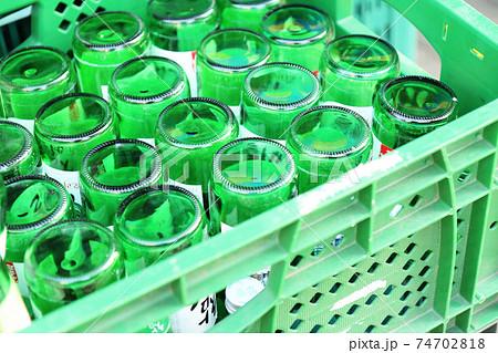 ケースに入った焼酎の空き瓶(韓国) 74702818