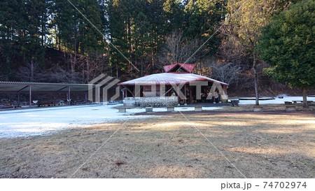 うっすら雪が積もった宮ヶ瀬湖畔園地のバーベキュー場 74702974