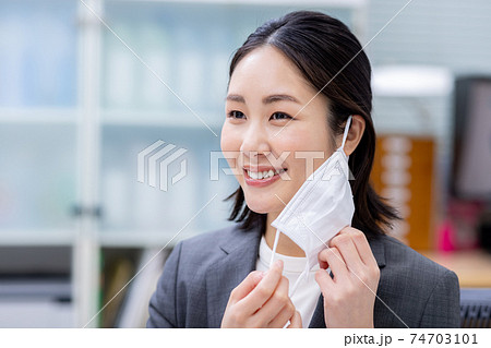 マスクをつける女性 74703101