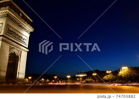 フランス・パリ、シャルルドゴール広場の夜景 74703882