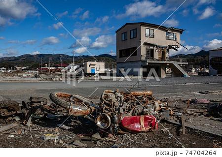 東日本大震災によって被害を受けた建物の写真 2011年12月10日撮影 宮城県気仙沼市 74704264