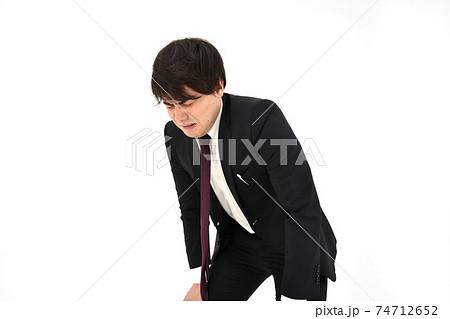 苦しんでいるスーツの男性 白背景 74712652
