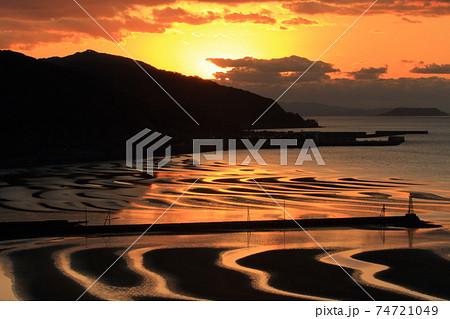 御輿来海岸展望所から眺める干潮の有明海に現れる波状の砂浜の夕景 74721049