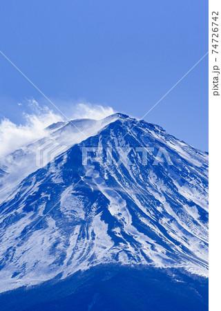 雪積もる厳冬の富士山頂上と吹き荒れる風 74726742