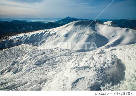 冬の安達太良山山頂から望む磐梯山方面 74728707
