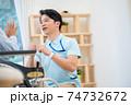 介護イメージ シニア デイケア 介護福祉士 老人ホーム 74732672