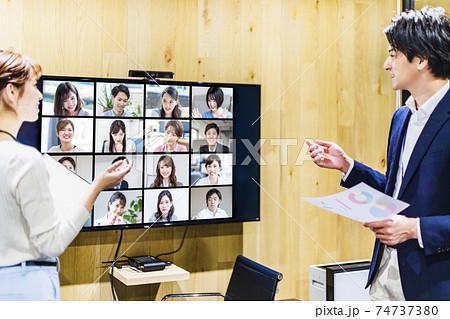 会議室でオンラインミーティングを行うビジネスマン 74737380