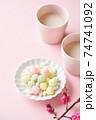 甘酒と桃の花 74741092