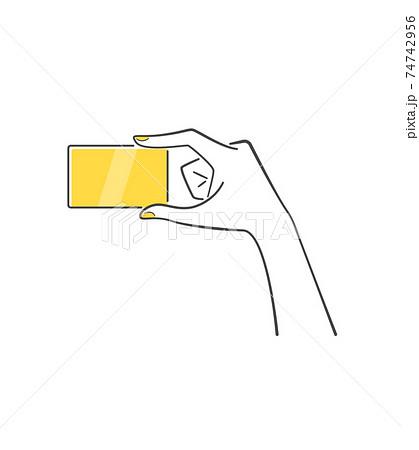 カードを持つ手 74742956