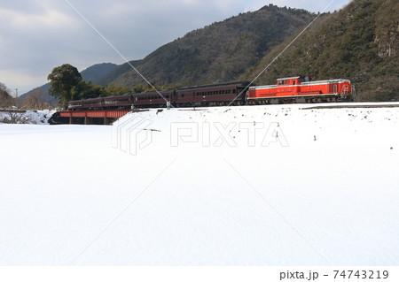 雪景色の山口線・長門峡を走るDD51と客車列車 74743219