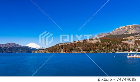 芦ノ湖から眺める富士山と箱根駒ヶ岳 冬景 74744088